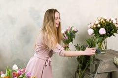 Ο ανθοκόμος επιλέγει το λουλούδι για την ανθοδέσμη Στοκ Φωτογραφίες