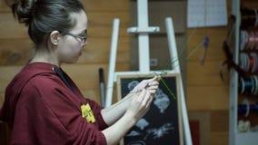 Ο ανθοκόμος κάνει τη βάση για τη σύνθεση λουλουδιών μέσα στο στούντιο ντεκόρ απόθεμα βίντεο