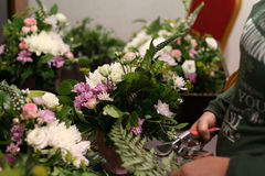 Ο ανθοκόμος που δημιουργεί τη σύνθεση από τα λουλούδια Στοκ Φωτογραφία