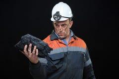Ο ανθρακωρύχος άντεξε ένα μεγάλο χοντρό κομμάτι των ενεργειακών πλουσίων Στοκ φωτογραφία με δικαίωμα ελεύθερης χρήσης