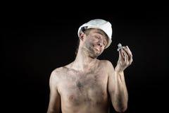 Ο ανθρακωρύχος παρουσιάζει ασημένιο ψήγμα Στοκ φωτογραφία με δικαίωμα ελεύθερης χρήσης