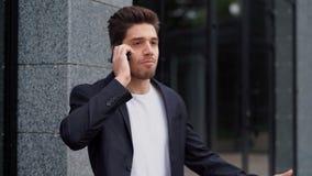 Ο ανικανοποίητος επιχειρηματίας μιλά στο τηλέφωνο και εκφράζει τη διαφωνία του Η άρνηση, που απορρίπτει, διαφωνεί, πορτρέτο απόθεμα βίντεο