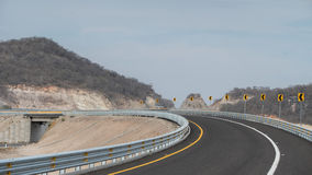 Ο ανοικτός δρόμος ανοίγει αριστερά στοκ φωτογραφία με δικαίωμα ελεύθερης χρήσης