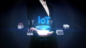 Ο ανοικτός φοίνικας επιχειρηματιών, έξυπνο εργοστάσιο, ηλιακό πλαίσιο, γεννήτρια αέρα, υδροηλεκτρισμός συνδέει ` IoT ` τυπο ελεύθερη απεικόνιση δικαιώματος