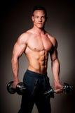 Ο ανταγωνιστής ικανότητας Phisique θέτει στο στούντιο μετά από το workout στη γυμναστική Στοκ Φωτογραφίες