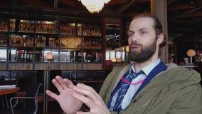 Ο ανταποκριτής TV στηρίζεται σε έναν καφέ με ένα μικρόφωνο φιλμ μικρού μήκους