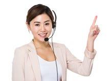 Ο αντιπρόσωπος και το δάχτυλο εξυπηρετήσεων πελατών δείχνουν επάνω στοκ εικόνες με δικαίωμα ελεύθερης χρήσης