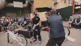 Ο ανόητος δύο νεαρών άνδρων γύρω, έρχεται στον οικοδεσπότη του δίνει τη χειραψία 100f 2 θερινό velvia ταινιών fujichrome nikon s  απόθεμα βίντεο