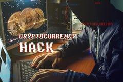 Ο ανώνυμος χάκερ χωρίς ένα πρόσωπο προσπαθεί να κλέψει το cryptocurrency χρησιμοποιώντας έναν υπολογιστή Απάτη και εξαπάτηση σε C στοκ εικόνες με δικαίωμα ελεύθερης χρήσης