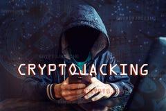 Ο ανώνυμος χάκερ χωρίς ένα πρόσωπο προσπαθεί να κλέψει το cryptocurrency χρησιμοποιώντας έναν υπολογιστή Απάτη και εξαπάτηση σε C στοκ φωτογραφία με δικαίωμα ελεύθερης χρήσης