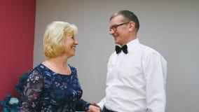 Ο ανώτεροι άνδρας και η γυναίκα σε μια ημερομηνία μιλούν από κοινού απόθεμα βίντεο