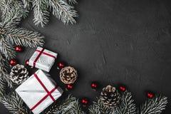Ο ανώτερος, ανωτέρω, τοπ άποψη παιχνιδιών των κόκκινων γυαλιού πεύκων, αειθαλούς, και Χριστουγέννων, παρουσιάζει στο υπόβαθρο πετ στοκ φωτογραφία