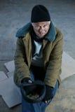 Ο ανώτερος-γερασμένος παλαιός άχρηστος κρατά την άκρη του ΚΑΠ Στοκ φωτογραφίες με δικαίωμα ελεύθερης χρήσης