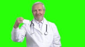 Ο ανώτερος γιατρός παρουσιάζει επαγγελματική κάρτα φιλμ μικρού μήκους