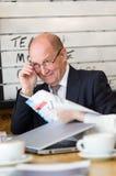 Ο ανώτερος διευθυντής που έχει τη συνομιλία κοιτάζει μακριά κρατά τα γυαλιά στο χ Στοκ Εικόνα