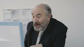 Ο ανώτερος επιχειρηματίας πολύ ευτυχής και χαίρεται τη συνεδρίαση μπροστά από το PC απόθεμα βίντεο