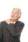 Ο ανώτερος ιαπωνικός επιχειρηματίας πάσχει από τον πόνο λαιμών Στοκ Φωτογραφίες