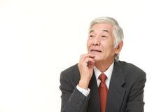Ο ανώτερος ιαπωνικός επιχειρηματίας σκέφτεται για κάτι Στοκ φωτογραφία με δικαίωμα ελεύθερης χρήσης