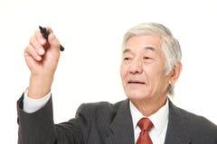 Ο ανώτερος ιαπωνικός επιχειρηματίας σύρει στον αέρα Στοκ φωτογραφίες με δικαίωμα ελεύθερης χρήσης