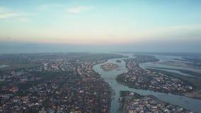 Ο ανώτερος τεράστιος ήρεμος ποταμός άποψης χωρίζει την πράσινη πόλη στα μέρη φιλμ μικρού μήκους