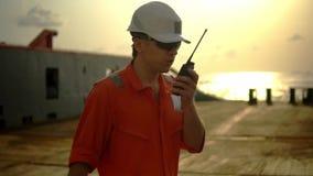 Ο ανώτερος υπάλληλος γεφυρών στη γέφυρα του παράκτιου σκάφους κρατά walkie-talkie VHF το ραδιόφωνο απόθεμα βίντεο