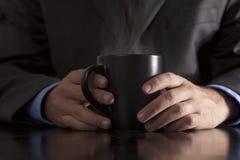 Ο ανώτερος υπάλληλος κρατά το βράσιμο στον ατμό του καφέ Στοκ Εικόνες