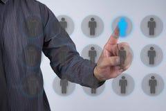 Ο ανώτερος υπάλληλος ανθρώπινων δυναμικών επιλέγει το διαχωρισμό υπαλλήλων του κόρακα Στοκ Φωτογραφίες