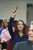 Ο ανώτερος υπάλληλος αυξάνει το χέρι κατά τη διάρκεια ενός σεμιναρίου Στοκ φωτογραφία με δικαίωμα ελεύθερης χρήσης
