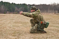 Ο ανώτερος υπάλληλος πυροβολεί ένα πυροβόλο όπλο Στοκ Εικόνες
