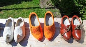 Ολλανδικά ξύλινα παπούτσια σε ένα ξύλινο υπόβαθρο Στοκ εικόνα με δικαίωμα ελεύθερης χρήσης