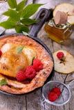 Ολλανδική τηγανίτα μωρών με την κανέλα μήλων και φρέσκος Στοκ Φωτογραφίες