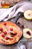 Ολλανδική τηγανίτα μωρών με την κανέλα μήλων και φρέσκος Στοκ Φωτογραφία
