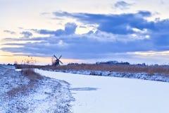 Ολλανδικός ανεμόμυλος το χειμώνα στην ανατολή Στοκ εικόνες με δικαίωμα ελεύθερης χρήσης
