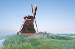 Ολλανδικός ανεμόμυλος το misty πρωί Στοκ Εικόνα