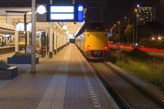 Ολλανδικός σταθμός ραγών του Άμστερνταμ τη νύχτα Στοκ Φωτογραφίες