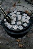 Ολλανδικός φούρνος με τις ανθρακόπλινθους και τις λαβίδες Στοκ εικόνες με δικαίωμα ελεύθερης χρήσης