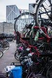 Ολλανδικός χώρος στάθμευσης ποδηλάτων κοντά σε Stadskantoor Ουτρέχτη Στοκ Φωτογραφίες