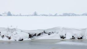 Ολλανδικό άσπρο χειμερινό τοπίο με τα χιονώδη λιβάδια Στοκ φωτογραφίες με δικαίωμα ελεύθερης χρήσης