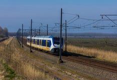 Ολλανδικό ηλεκτρικό τραίνο στο τοπίο Στοκ Εικόνα