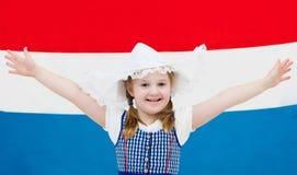 Ολλανδικό παιδί με τη σημαία των Κάτω Χωρών Στοκ φωτογραφία με δικαίωμα ελεύθερης χρήσης