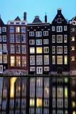Ολλανδικό τοπίο με τα δευτερεύουσες σπίτια καναλιών και τις βάρκες γύρου του Στοκ φωτογραφία με δικαίωμα ελεύθερης χρήσης