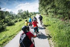 ολλανδικό τοπίο ομάδας bicyclists χαρακτηριστικό Στοκ Εικόνες