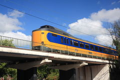 Ολλανδικό τραίνο που διασχίζει τη γέφυρα Στοκ φωτογραφία με δικαίωμα ελεύθερης χρήσης