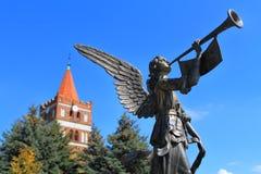 Ο αξιοσημείωτος άγγελος σημαδιών του κόσμου ενάντια στη λουθηρανική εκκλησία Friedland στην πόλη Pravdinsk στοκ φωτογραφίες με δικαίωμα ελεύθερης χρήσης