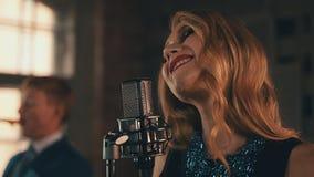 Ο αοιδός με φωτεινό αποτελεί να αποδώσει στη σκηνή στο μικρόφωνο τραγούδι τζαζ απόθεμα βίντεο