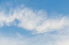 Ο απέραντοι μπλε ουρανός και ο ουρανός σύννεφων Στοκ Φωτογραφίες