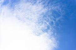 Ο απέραντος μπλε ουρανός και τα άσπρα σύννεφα στο καλοκαίρι στοκ εικόνες