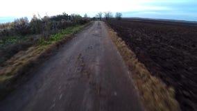 Ο απαίσιος δρόμος Ο παλαιός θλιβερός δρόμος Ο γεωργικός δρόμος απόθεμα βίντεο