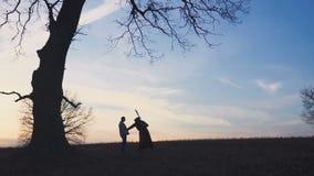 Ο απαίσιος θεριστής ήρθε για ένα νέο θύμα και οδηγεί το θύμα στο θάνατο Σκιαγραφία ηλιοβασιλέματος Έννοια του θανάτου φιλμ μικρού μήκους