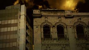 Ο απαίσιος νυχτερινός ουρανός πέρα από παλαιό η οικοδόμηση απόθεμα βίντεο
